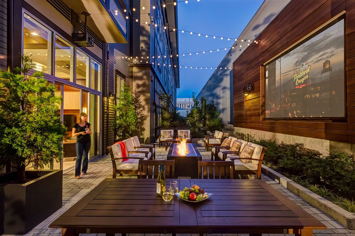 Right decor and lighting transform the deck into a wnderful hangout