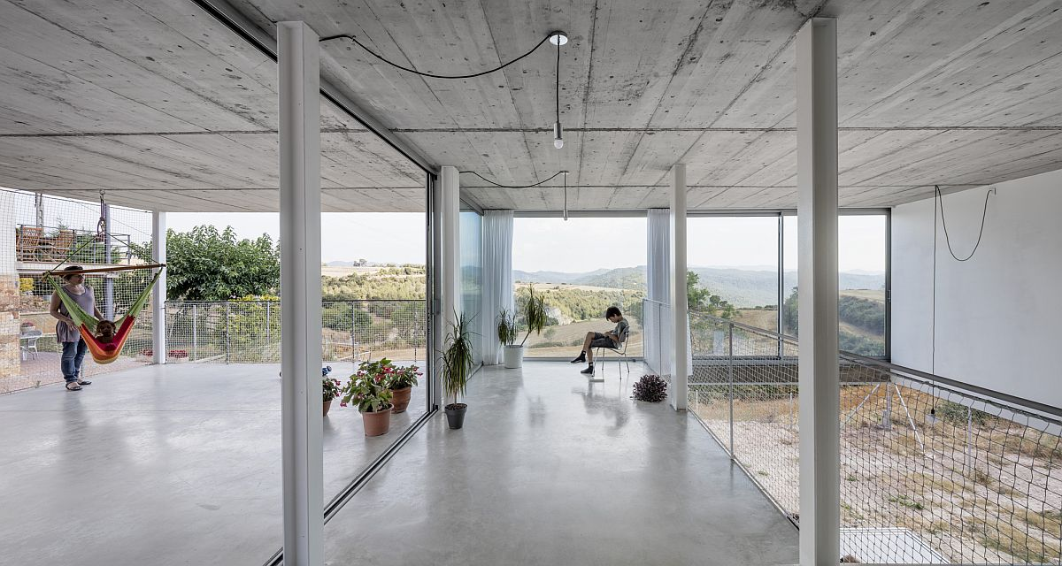Upper level garage, studio and hangout at the budget family house in Spain