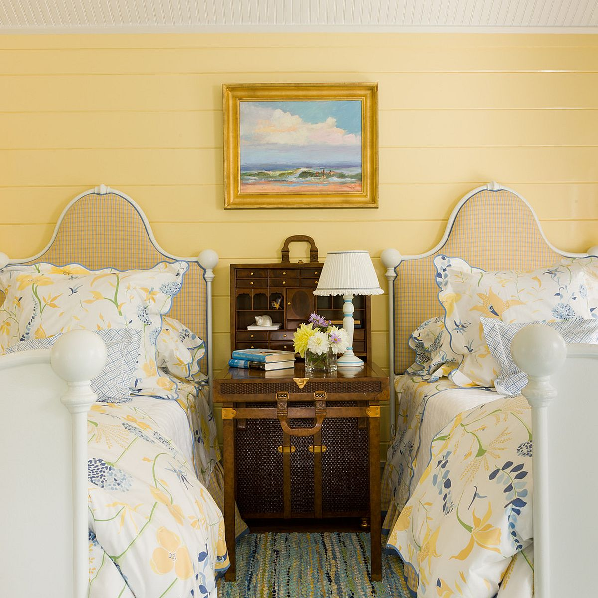 Cottage style combined with yellow beauty in the bedroom