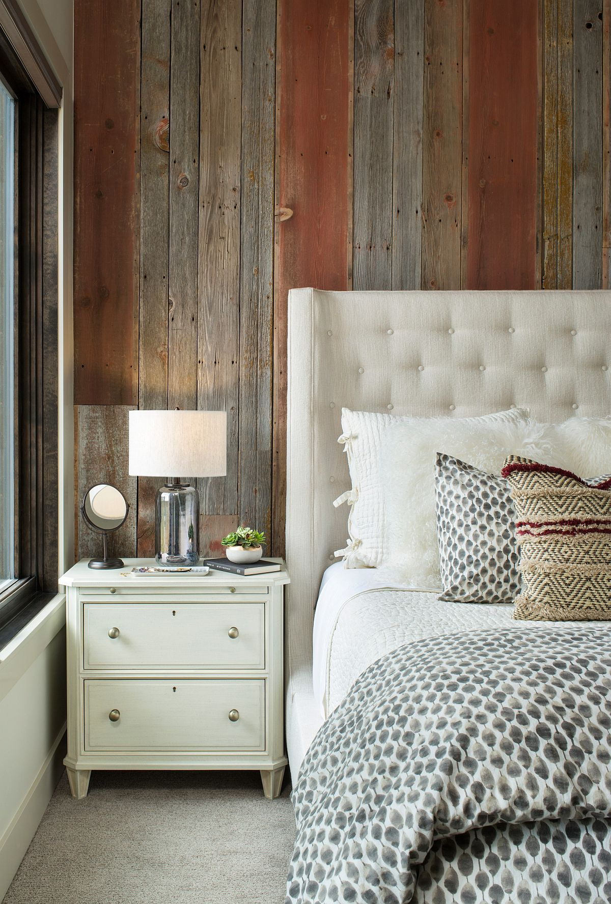 Custom accent wall in reclaimed wood for the modern bedroom
