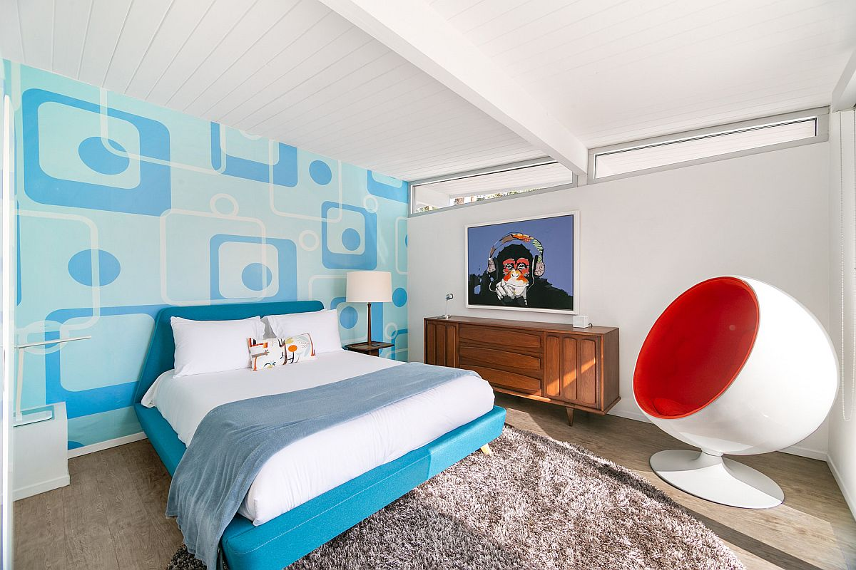 Funky and futuristic wallpaper steals the show in this smart kids' room with a modern vibe
