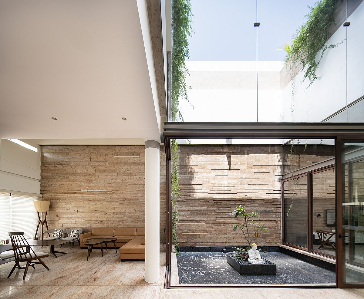 Greenery and natural light enter the home thanks to the spacious central courtyard