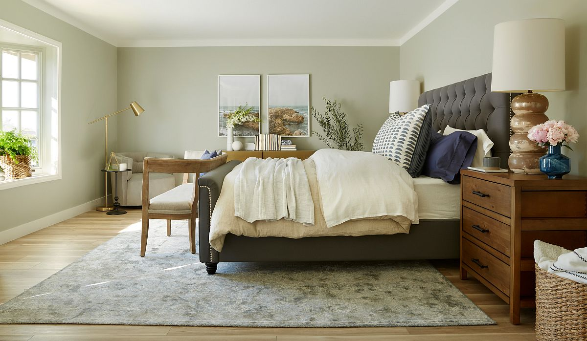 Pictue-perfect bedroom seems perfect for every season!
