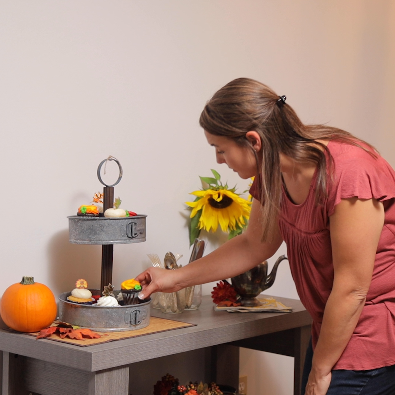 displaying cupcakes on the rustic tiered tray
