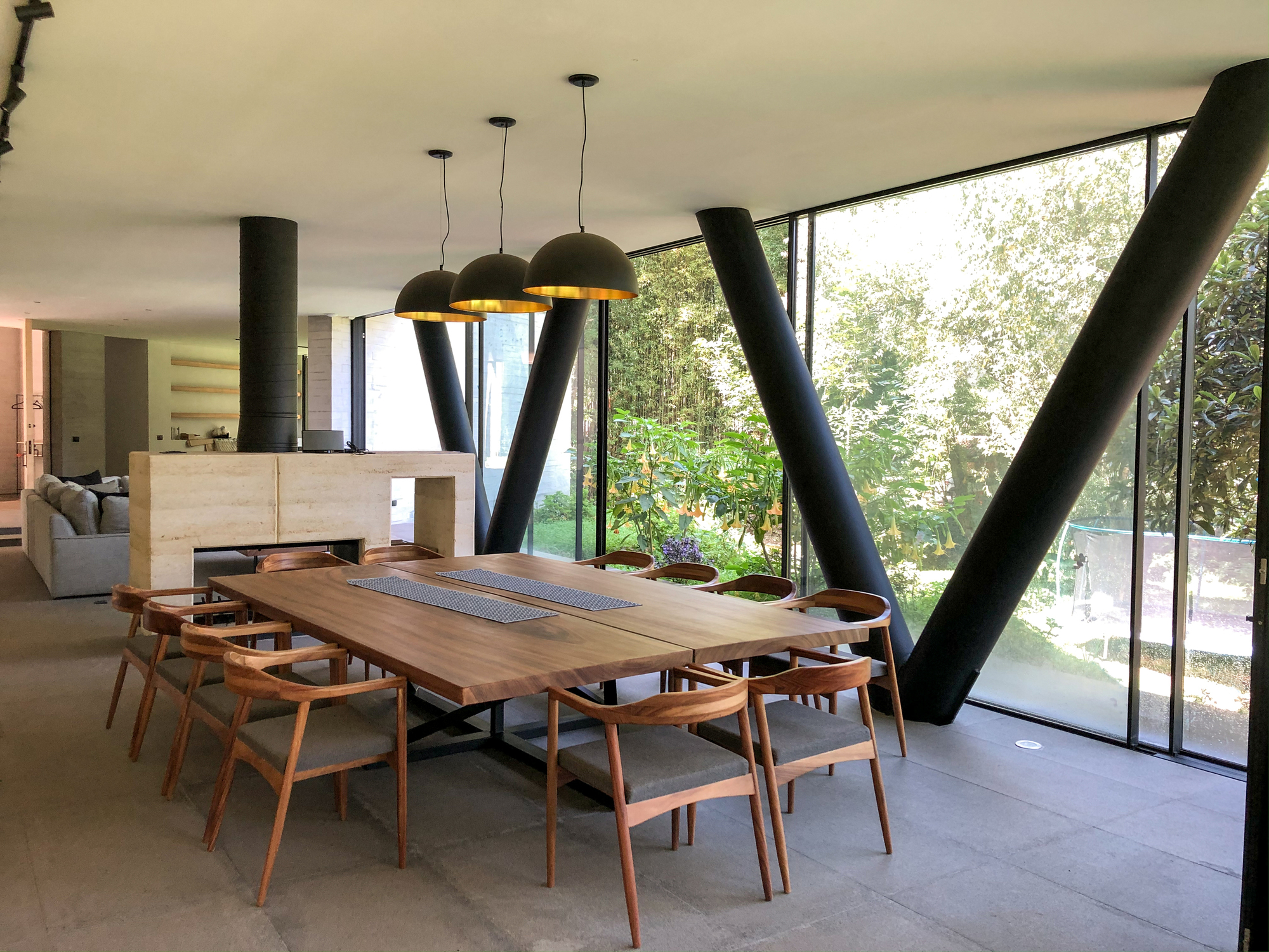 Black pendants and structural beams bring contrast and modularity to the Mexican home