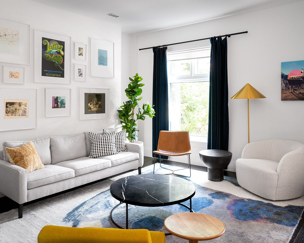 Brilliant living room in white with pops of yellow and dark blue thrown into the mix