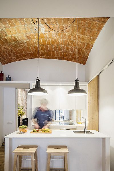Duo of pendant lights perfectly illuminates the smart kitchen island