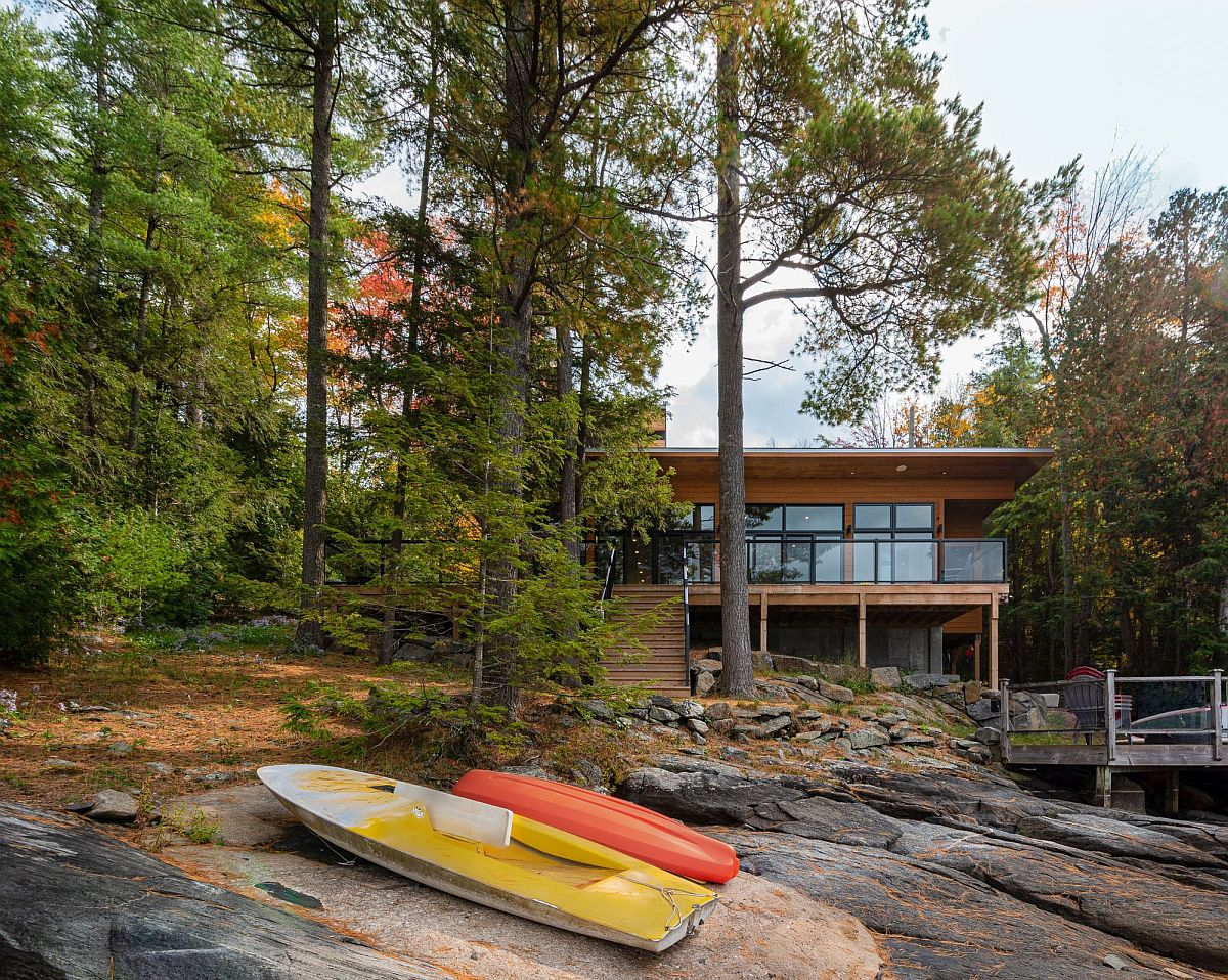 Nature provides ample privacy to this lakeside escape with a relaxing vibe