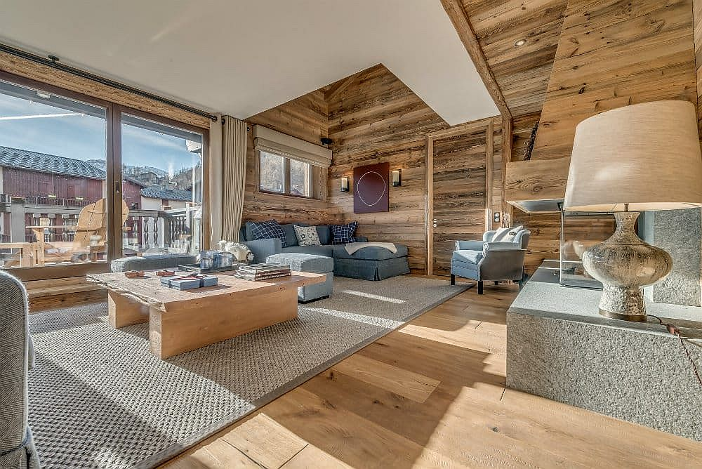 Woodsy alpine syle living room of the luxury apartmen in Val d'Isere with captivating views