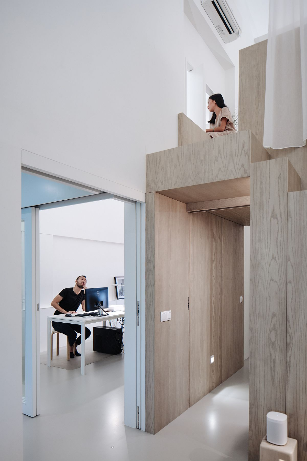 Creating-a-link-between-the-loft-level-bedroom-and-the-office-space-of-the-apartment-10279