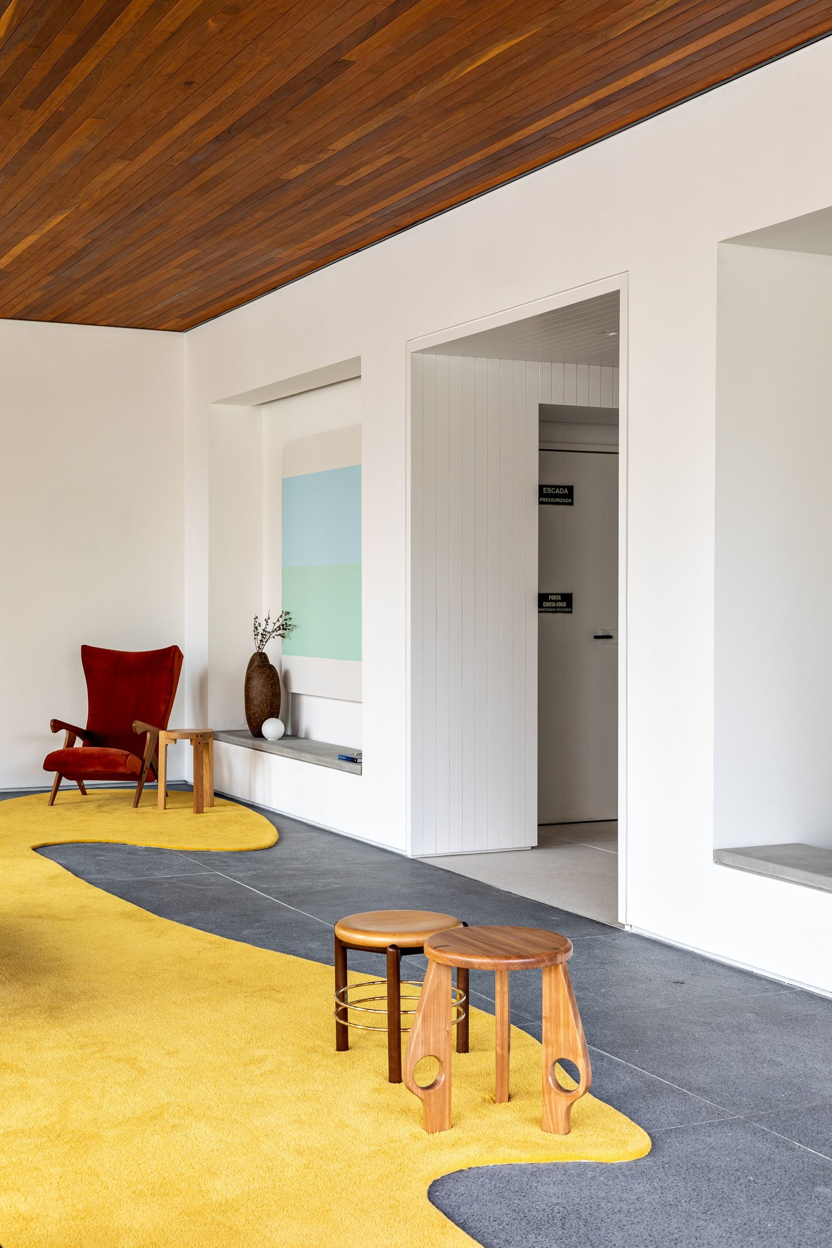 White-walls-on-the-opposite-side-of-the-entrance-stand-in-contrast-to-the-floor-to-ceiling-glass-walls-49113-scaled