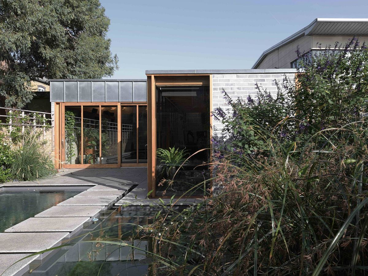 Backyard extension of Grade II listed villa in London that serves as garden room