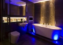 Bathroom simulating natural lighting with artificial bulbs and lamps