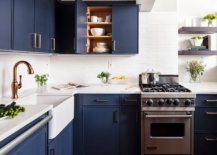 Cheerful-and-gorgeous-New-York-kitchen-in-white-with-dashing-deep-blue-cabinets-18551-217x155