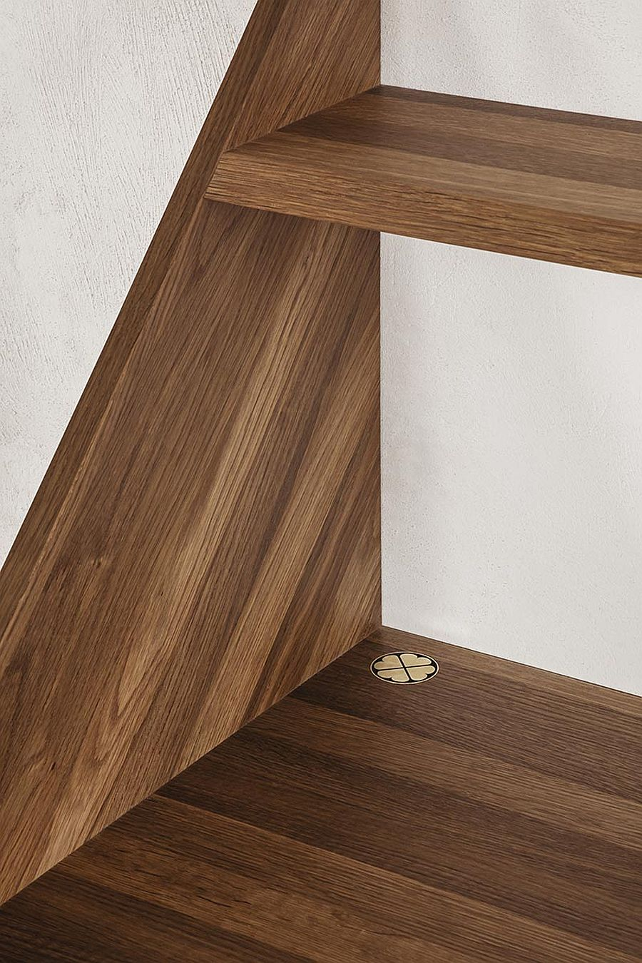 Closer look at the oak finish of the wall-mounted XLIBRIS desk