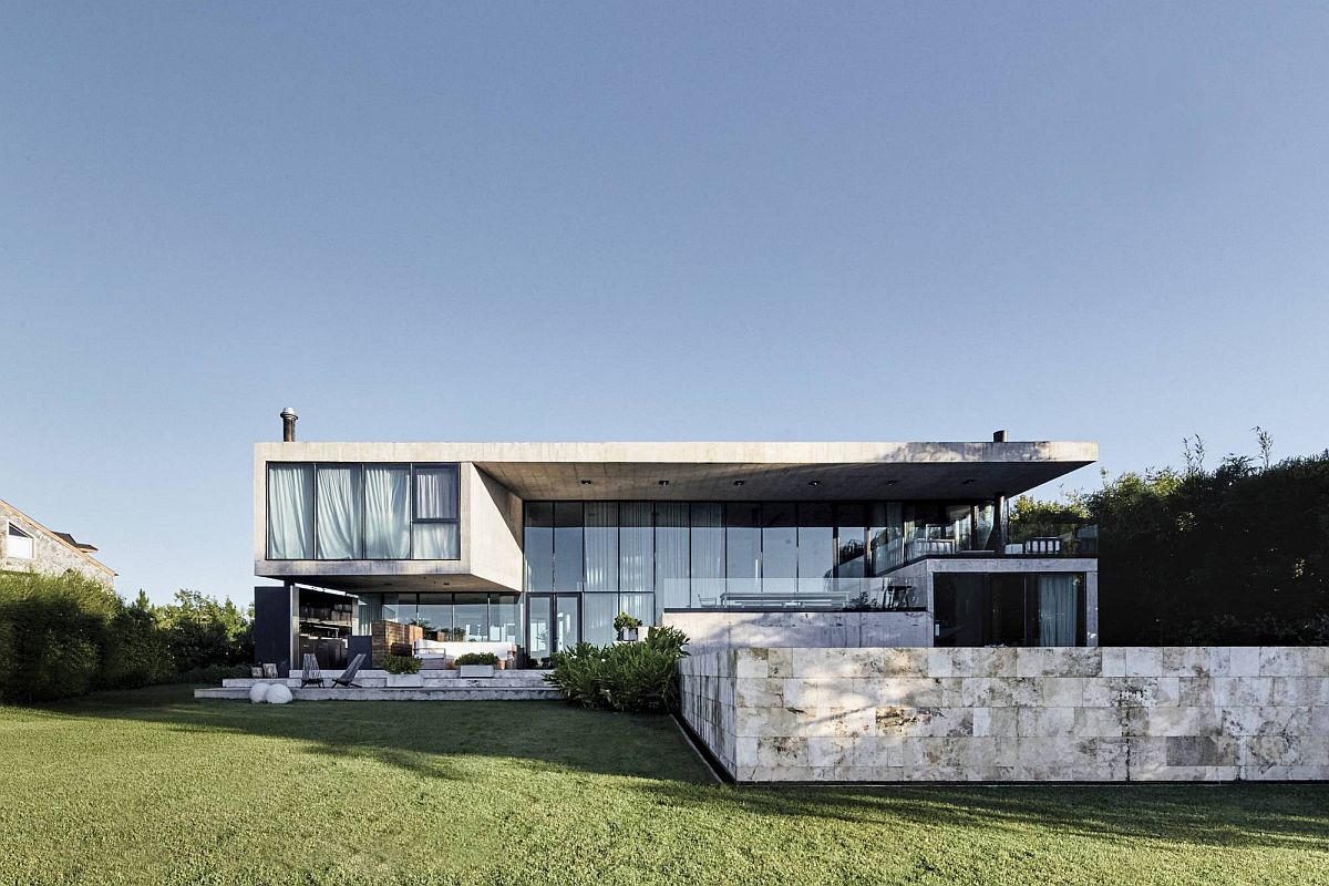 Contemporary-rear-facade-of-modern-Buenos-Aires-home-with-a-large-outdoor-sitting-area-and-pool-14559
