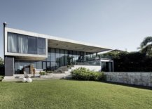 Expansive-rear-facade-of-the-contempoary-home-in-Argentina-with-sweeping-glass-walls-56712-217x155