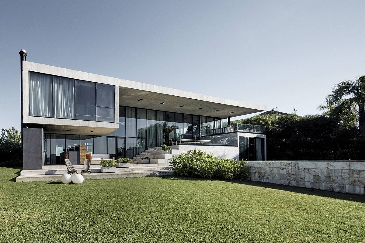 Expansive-rear-facade-of-the-contempoary-home-in-Argentina-with-sweeping-glass-walls-56712