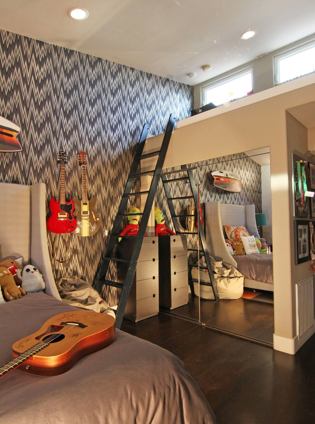 Loft bed can come in different shapes and forms in the kids' bedroom