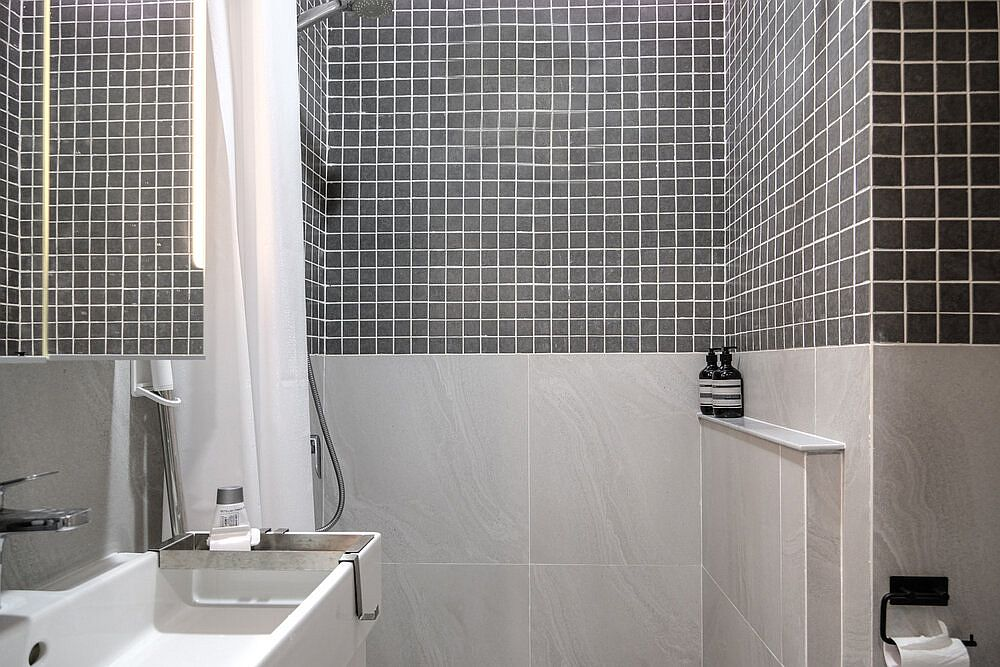Modern-bathroom-in-black-and-white-with-shades-of-gray-thrown-into-the-mix-97638