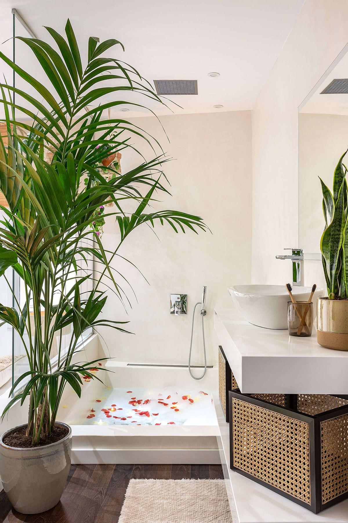 Space-savvy-and-stylish-tropical-bathroom-with-a-lovely-soaking-tub-30011