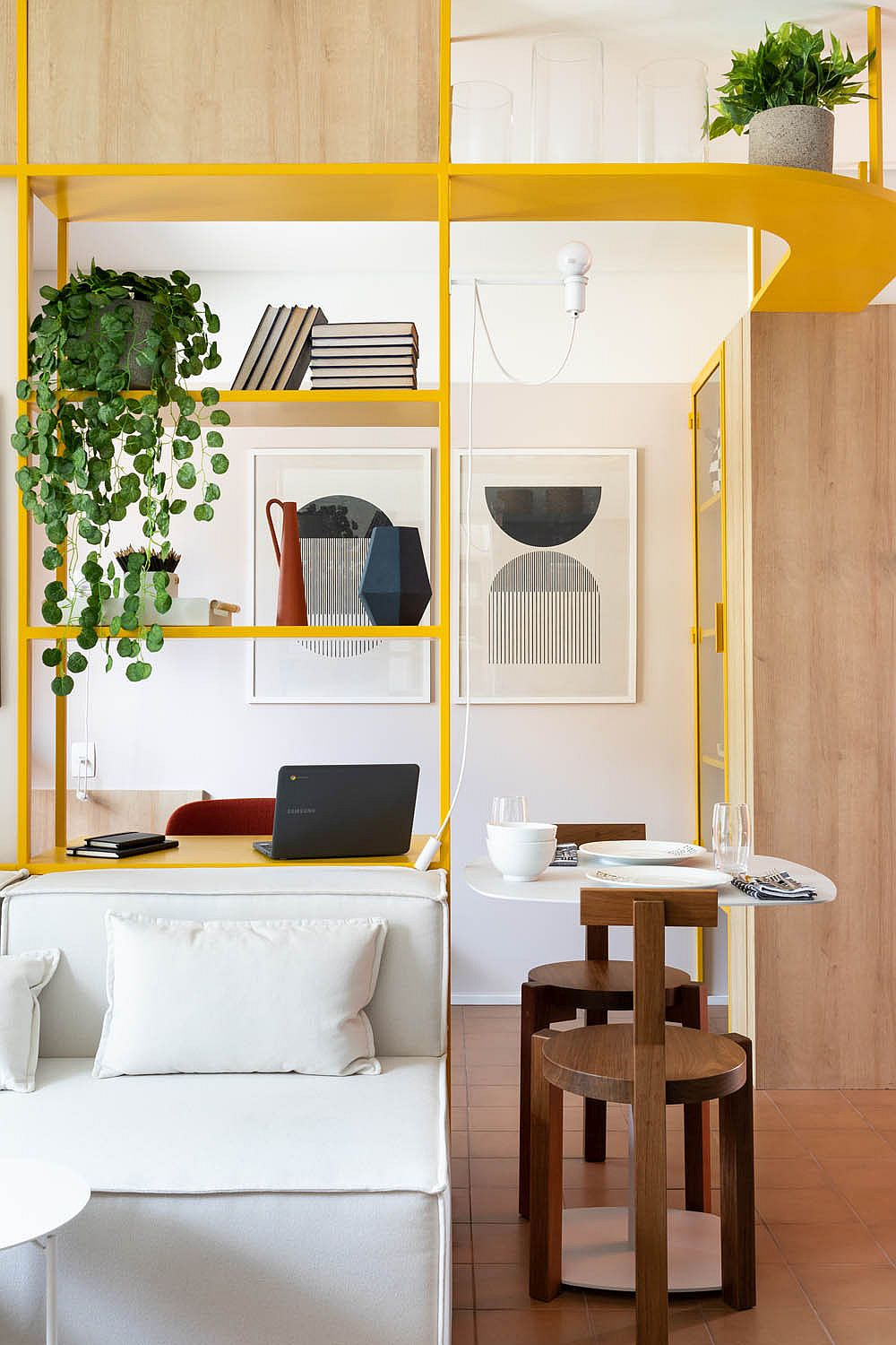Tiny-breakfast-zone-next-to-the-home-workstation-in-yellow-14670