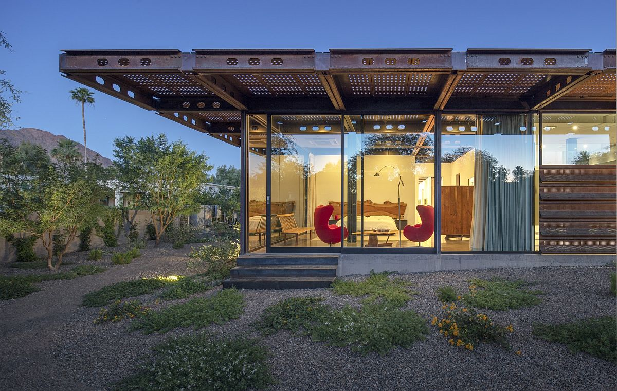 Arizona courtyard house with distinctive Corten steel structural components
