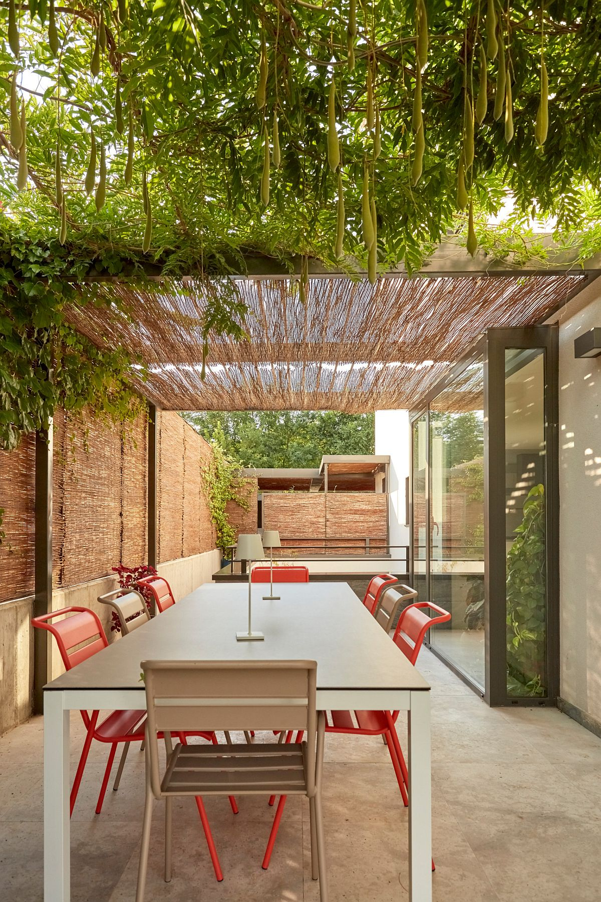 Greenery coupled with contemporary pergola in the relaxing backyard