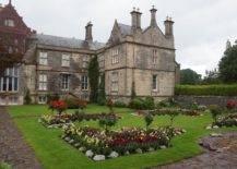 Huge manor with beautiful garden
