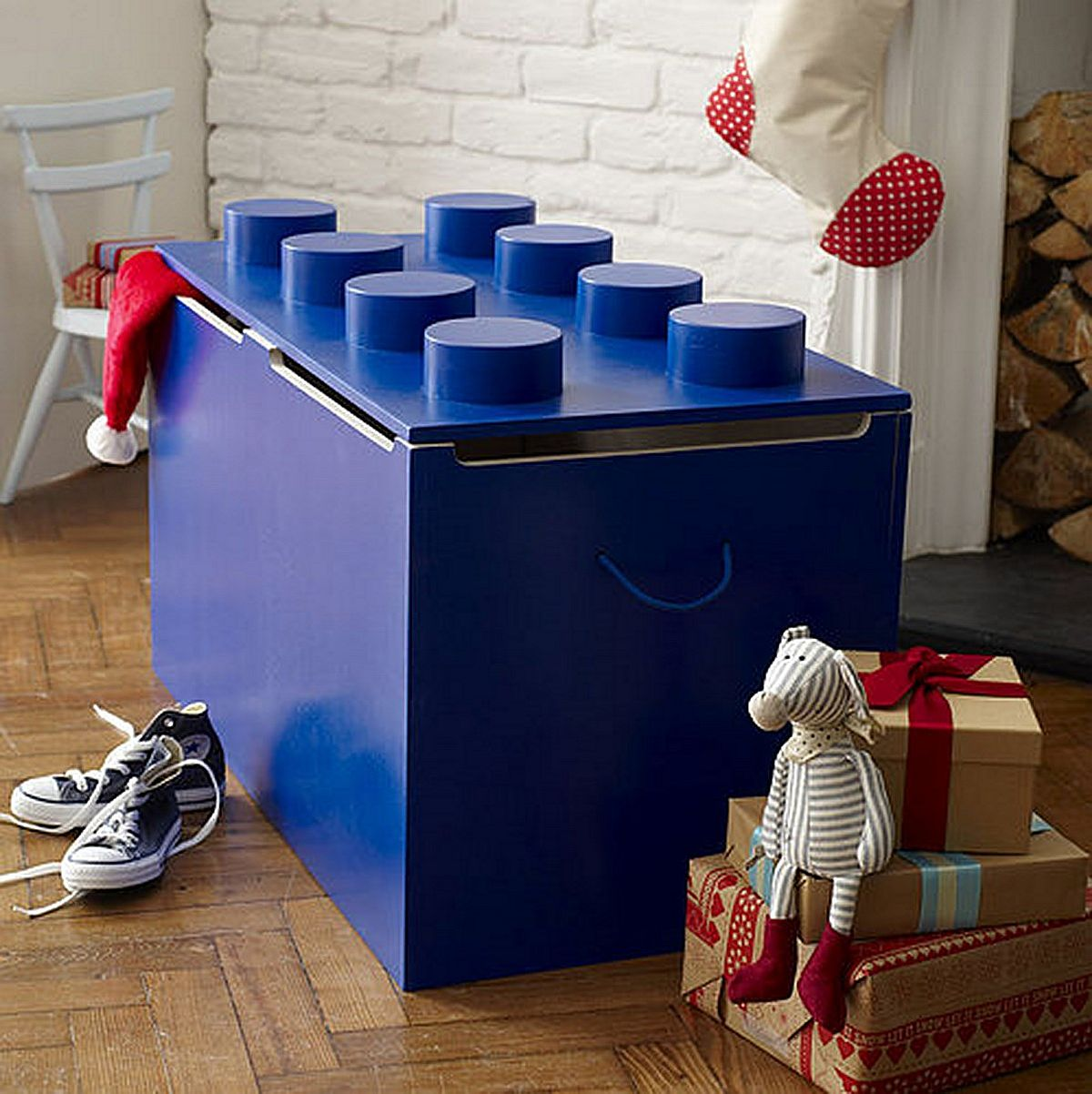 Lego-shaped toy box for the modern kids' room