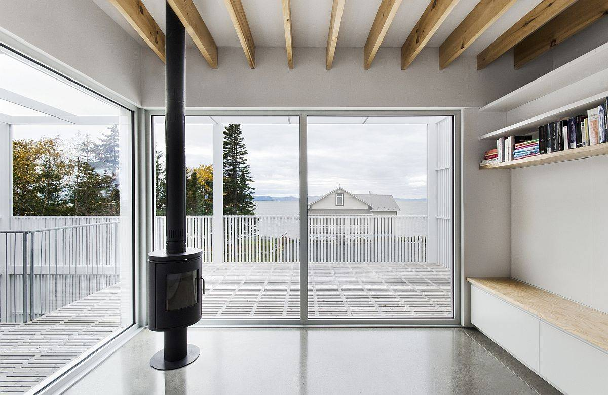 Living areas on the upper level that flow on to the deck while offering commanding Saint-Lawrence River views