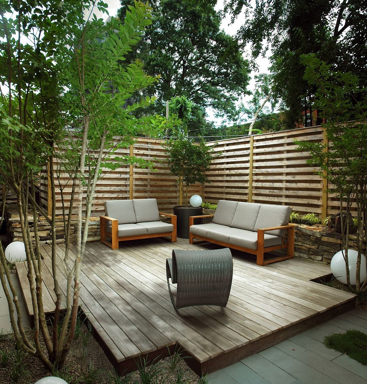 Nature makes the biggest impact in this small contemporary deck