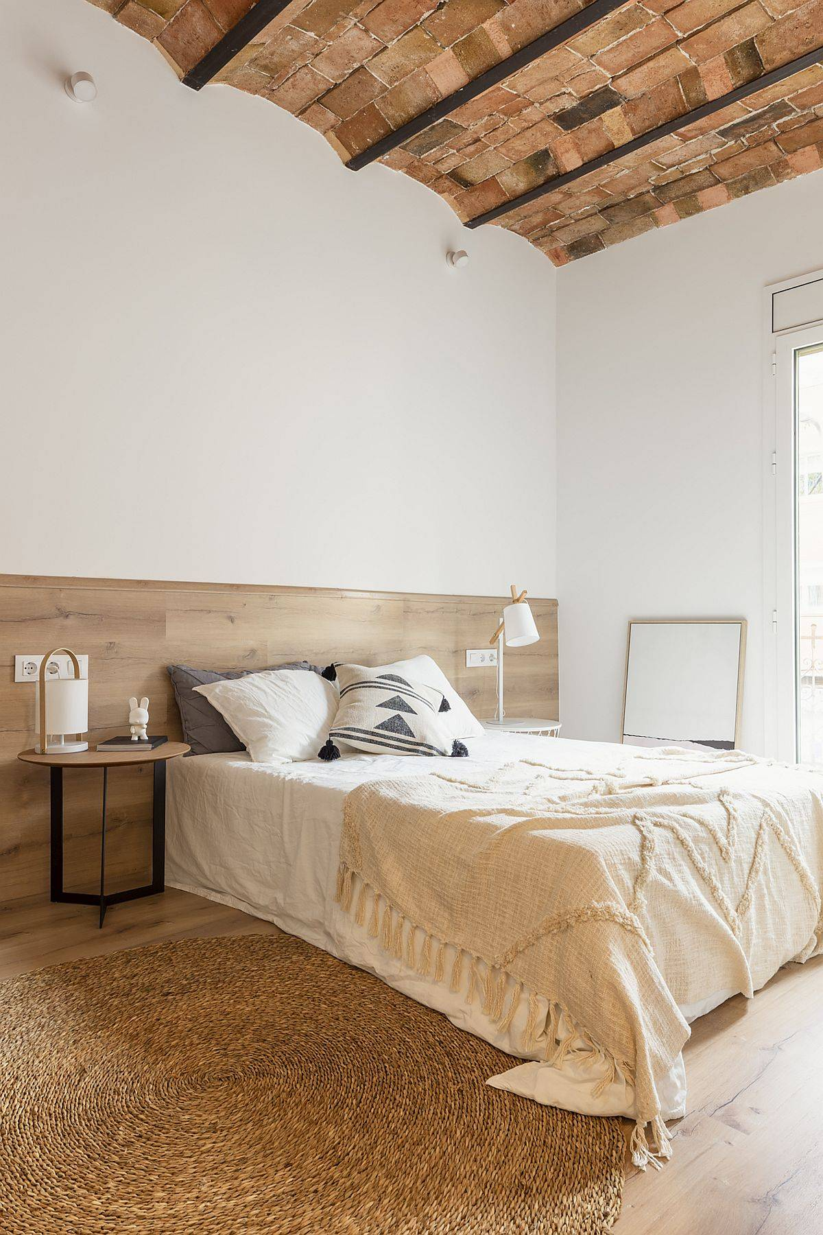 Bedroom of the Barcelona home with a white. wood and tiled look
