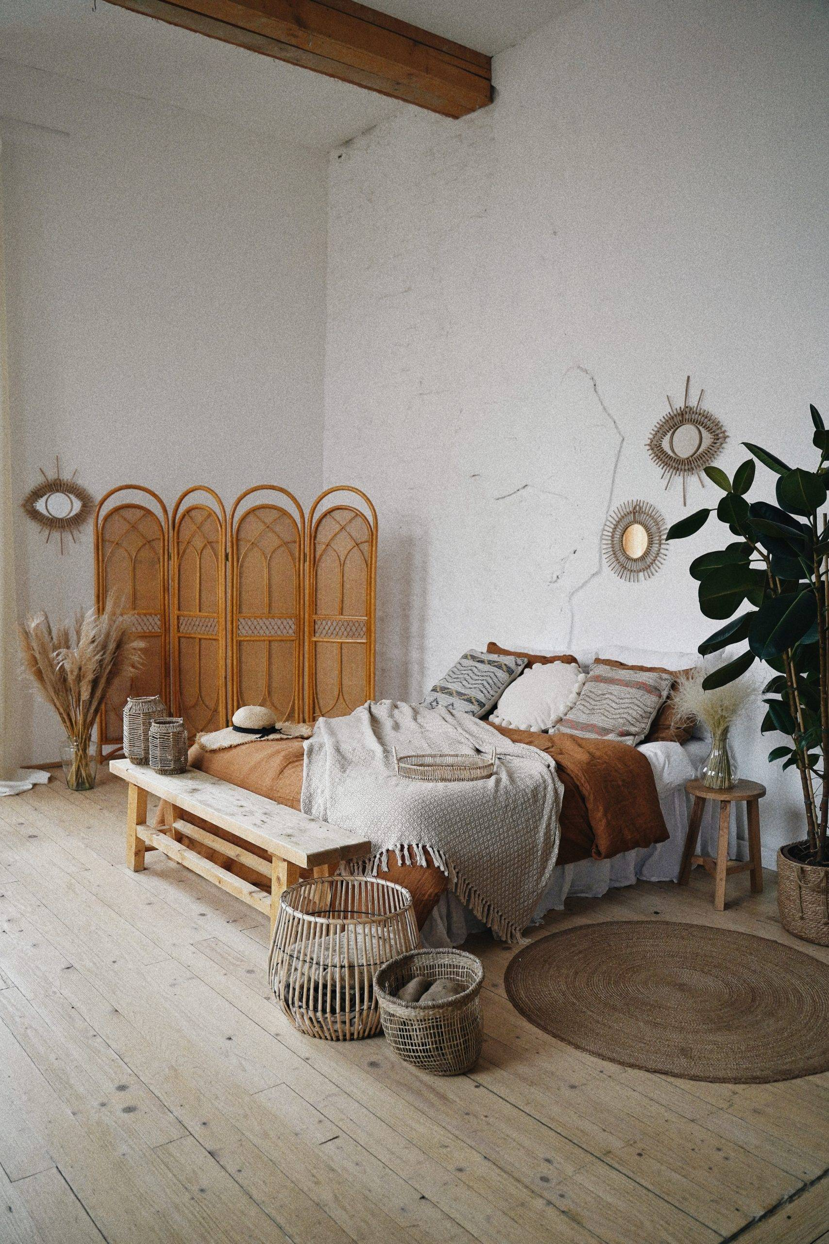 Minimalist room design with an eye wall decor