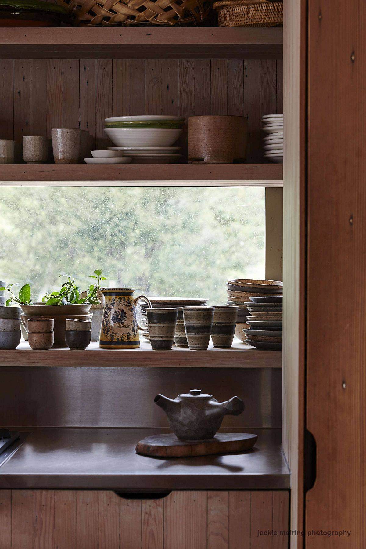 Decorating-the-kitchen-shelf-with-lovely-chinaware-43319