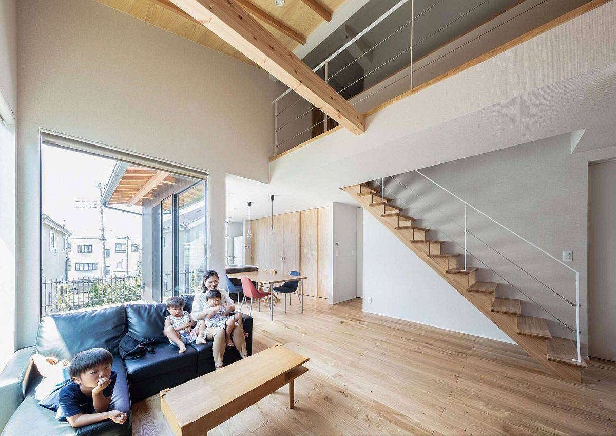 Double-height-living-room-of-the-house-in-wood-and-white-with-ample-natural-light-43235