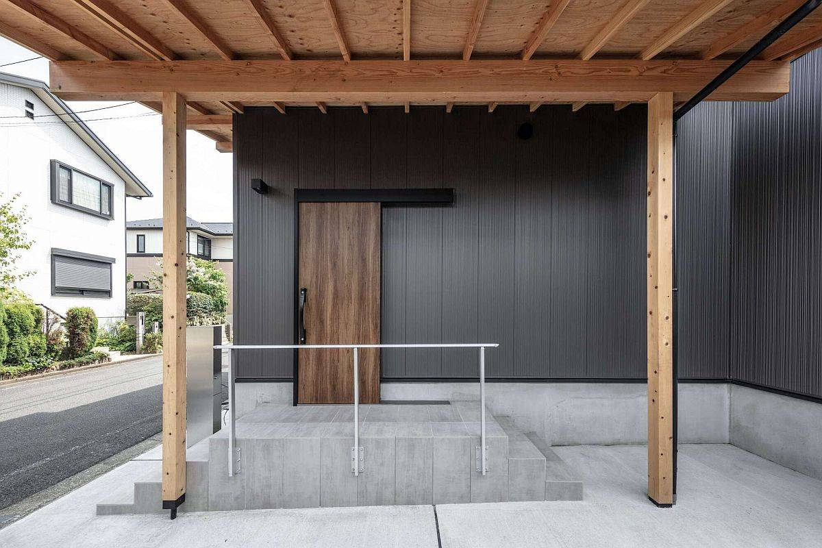 Entrance-of-the-home-in-black-with-wooden-door-and-simple-accents-67667