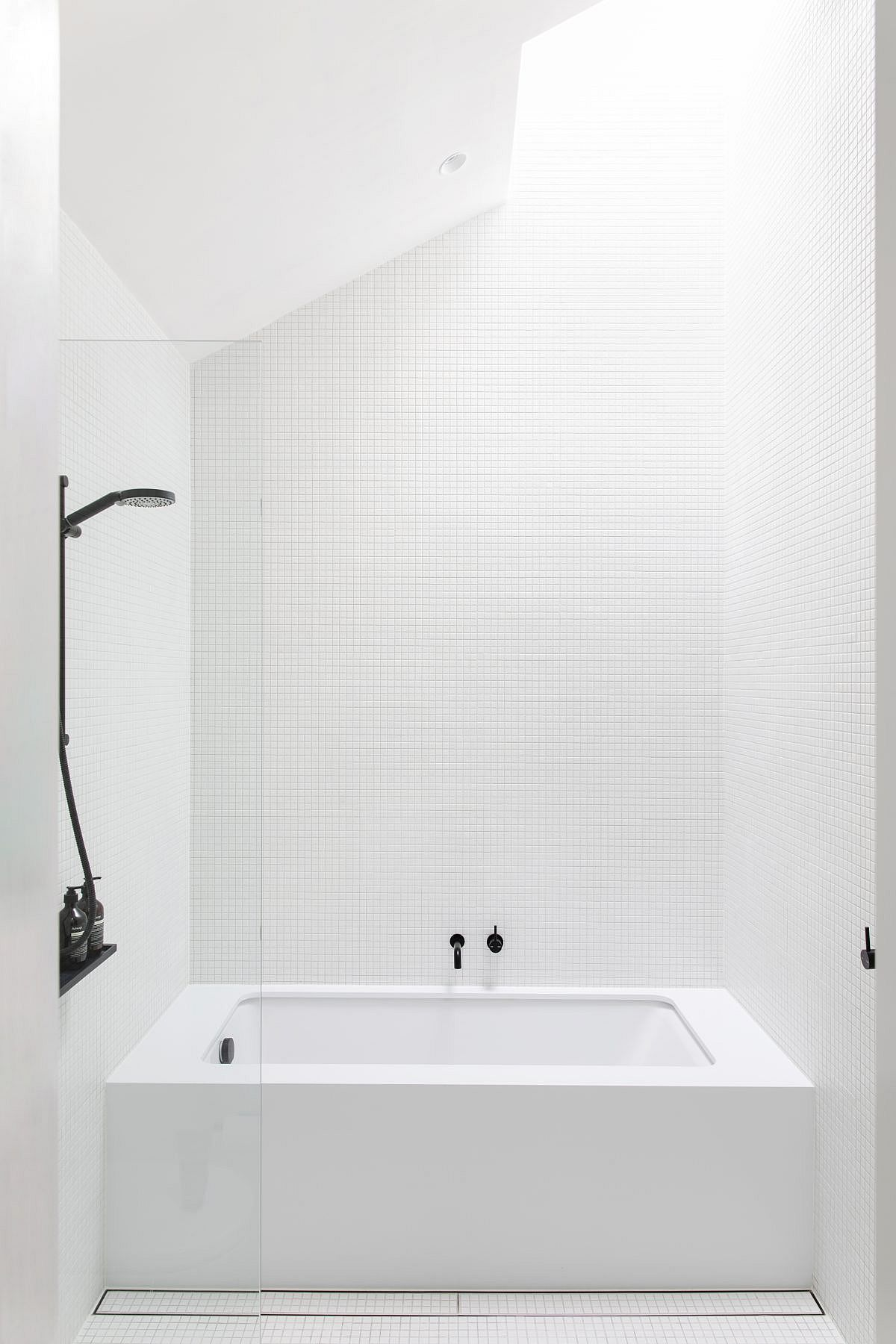 Exquisite-contemporary-monochromaic-bathroom-in-white-with-natural-light-37593