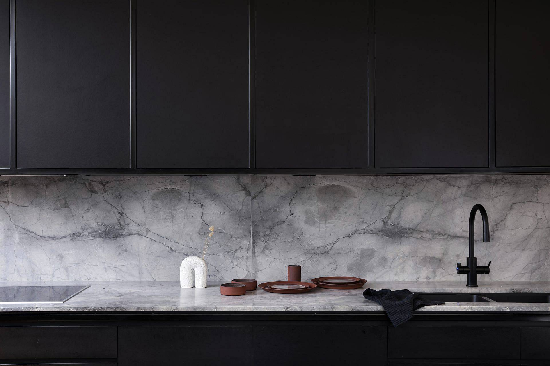 Modern-kitchen-in-black-and-white-with-drak-cabinets-and-marble-backsplash-and-countertops-55303
