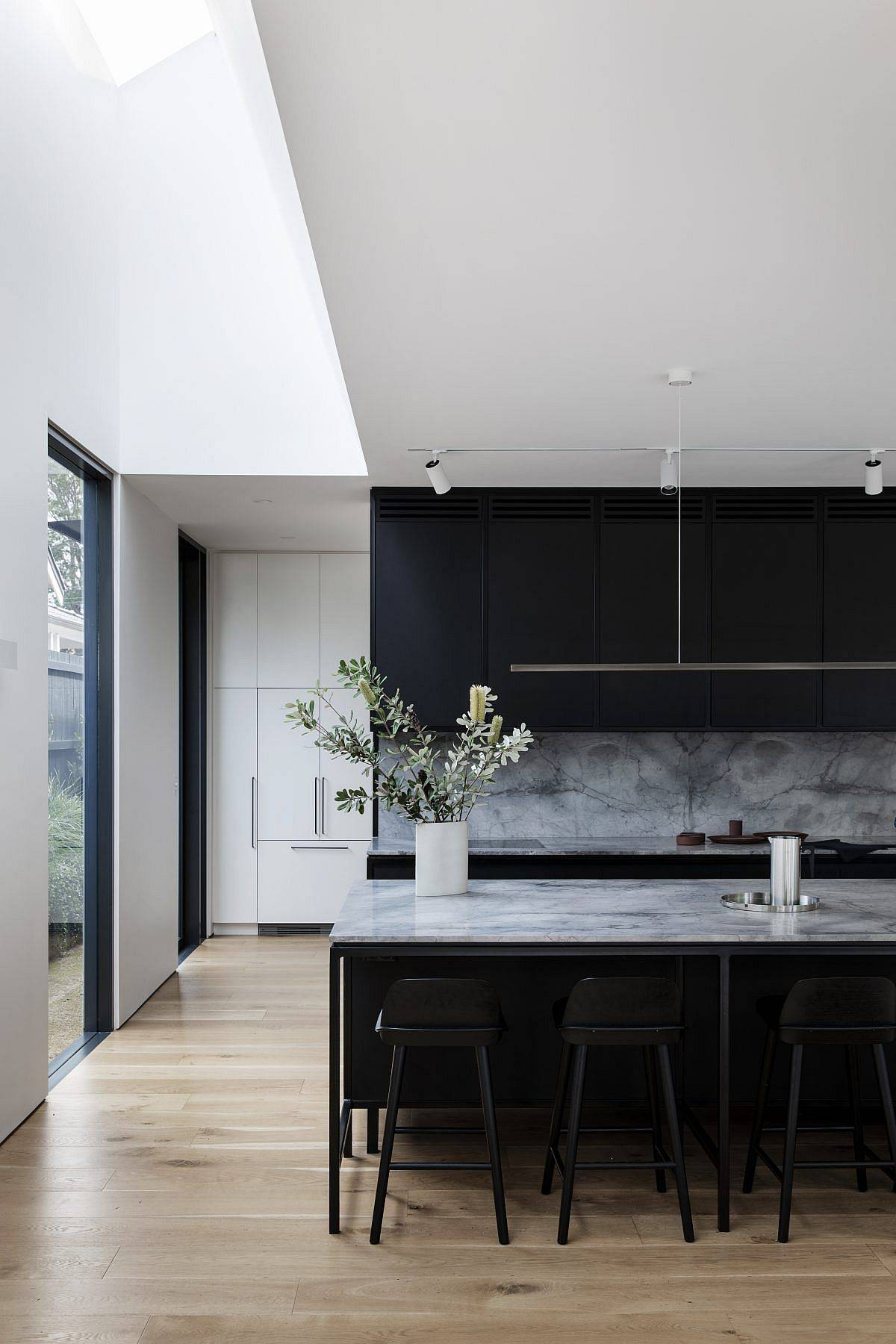 Skylight-brings-natural-light-into-the-modern-kitchen-of-the-Federation-era-home-98188