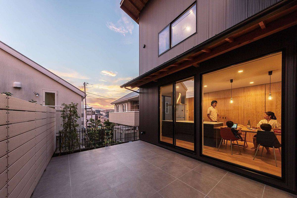 Small-outdoor-deck-of-the-modern-Japanese-home-with-smart-contrasts-87775