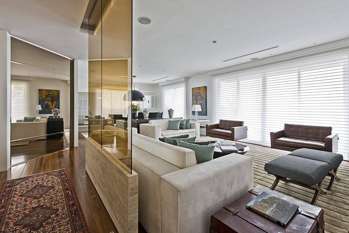 Using-the-tainted-glass-wall-partition-to-delineate-space-in-the-living-room-50342
