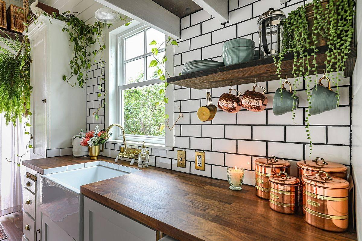 Adding-greenery-to-the-small-farmhouse-kitchen-33093