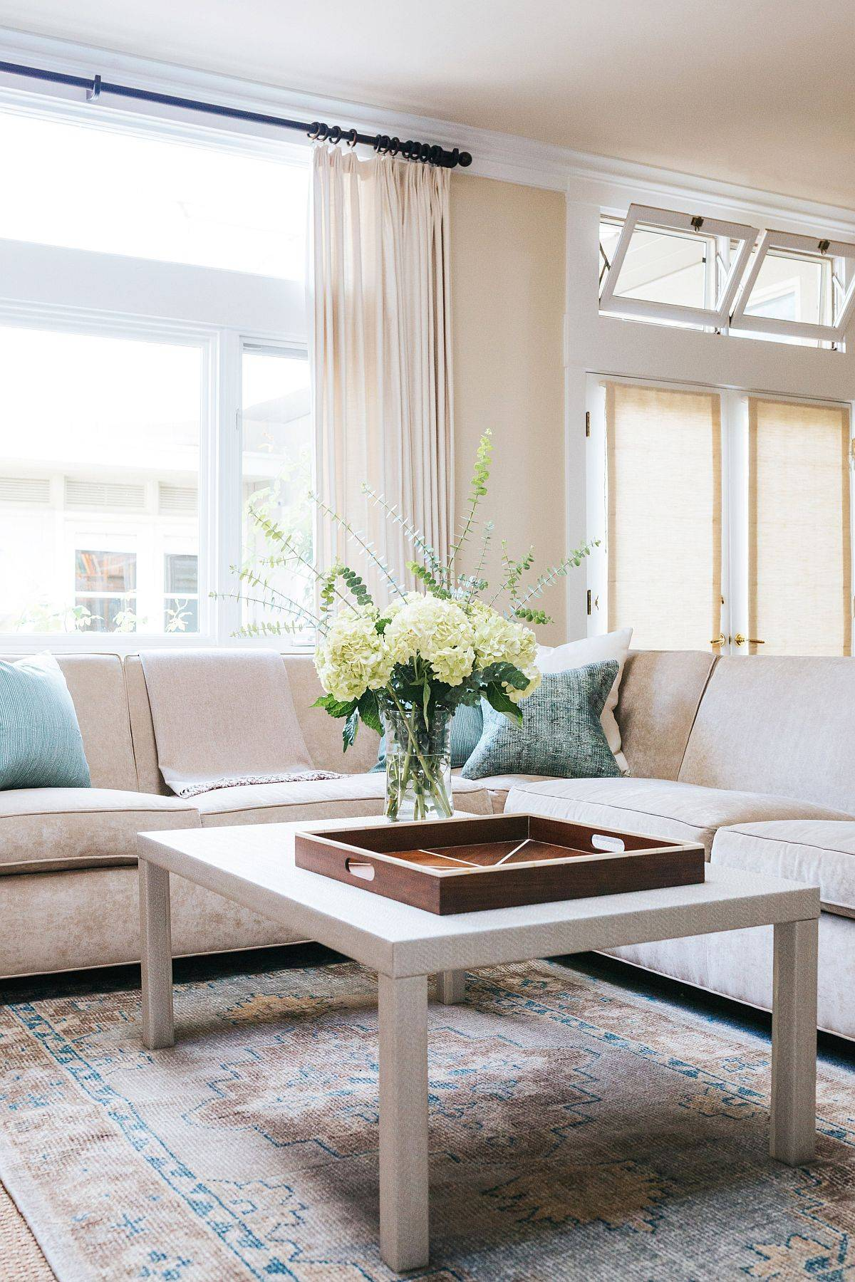 Beautiful-living-room-with-beach-and-cottage-styles-rolled-into-one-73486