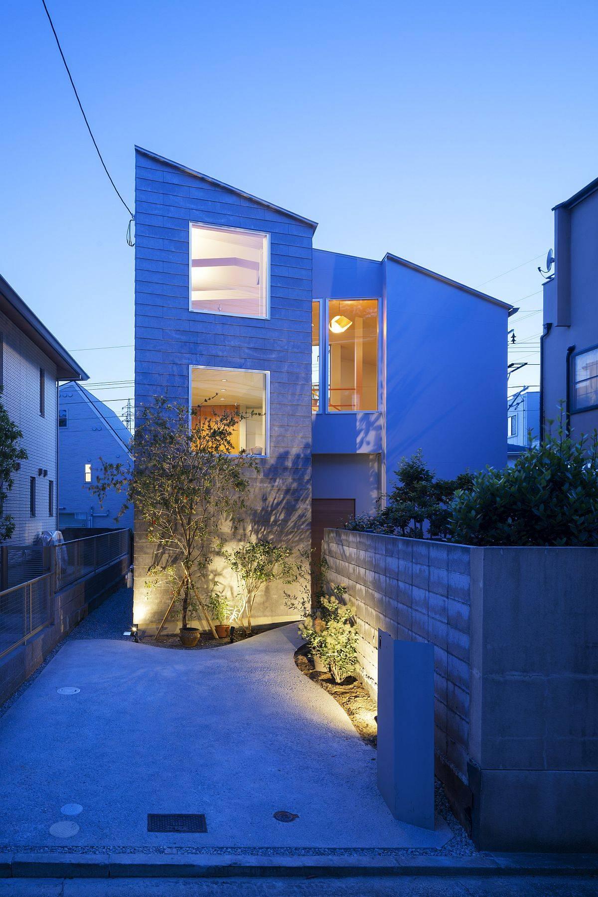 Beautifully-illuminated-entry-of-the-modern-Japanese-home-23840