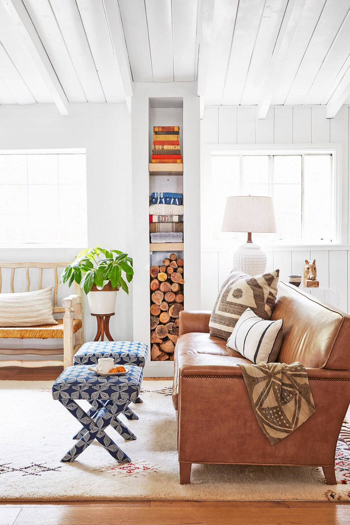 Books-and-logs-of-wood-usher-texture-into-this-beach-style-home-72727