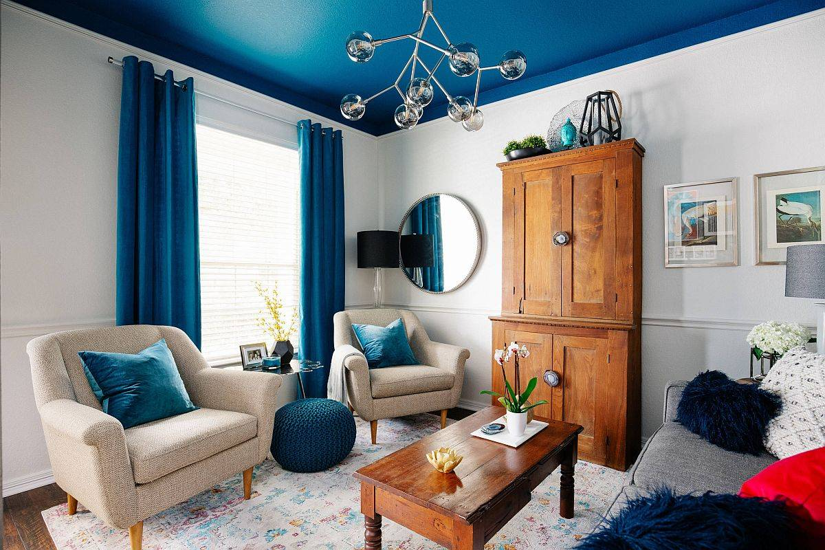 Brilliant-blue-ceiling-and-drapes-make-the-biggest-impact-in-this-small-living-room-with-beach-style-90555