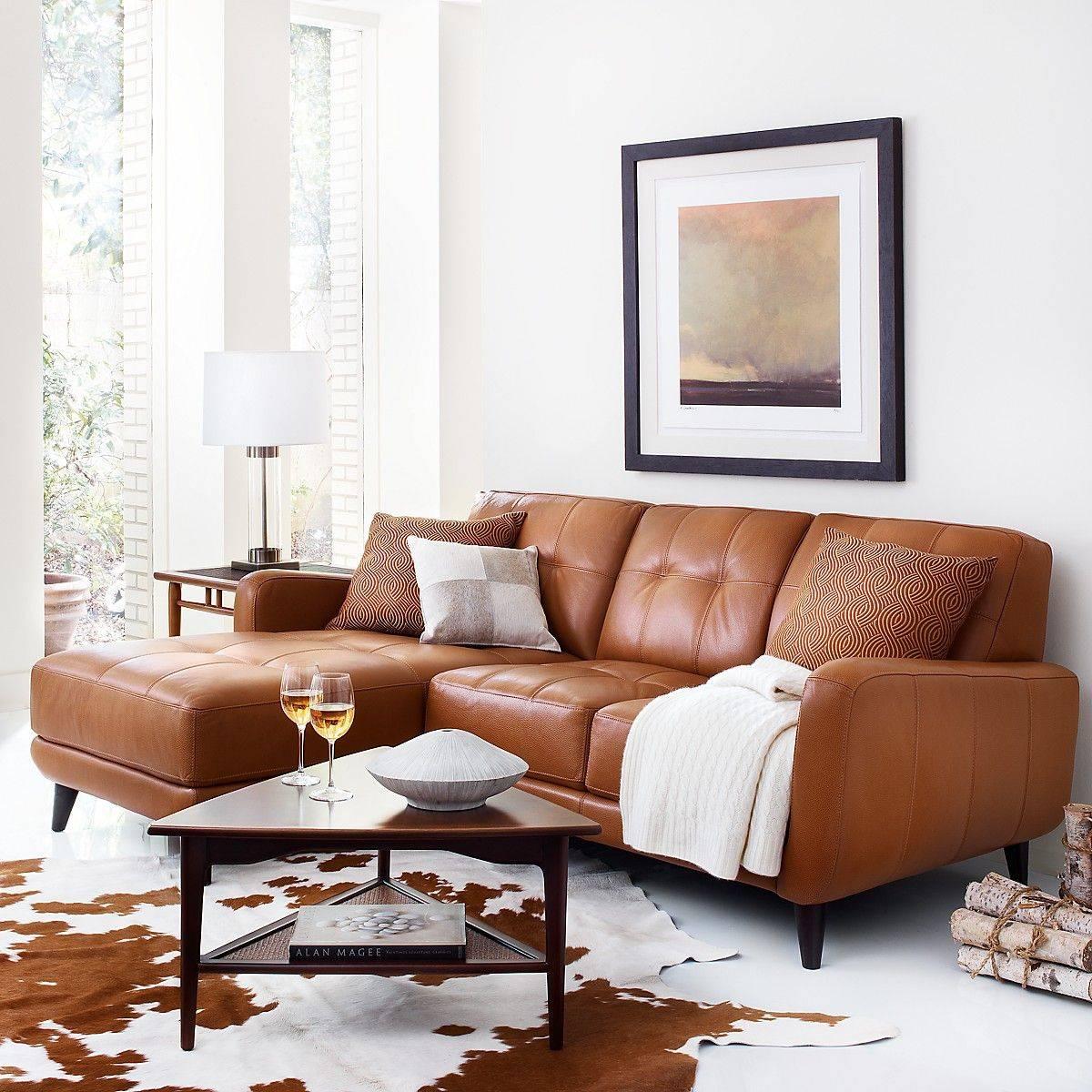 Ruang tamu dengan palet warna coklat
