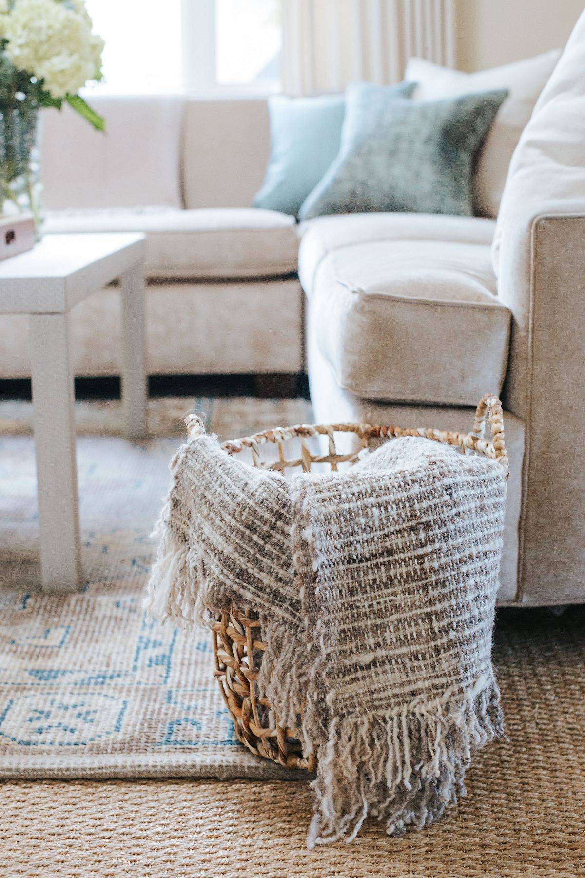 Choosing-the-right-rug-and-decorating-pieces-for-the-modern-beach-style-living-room-59079