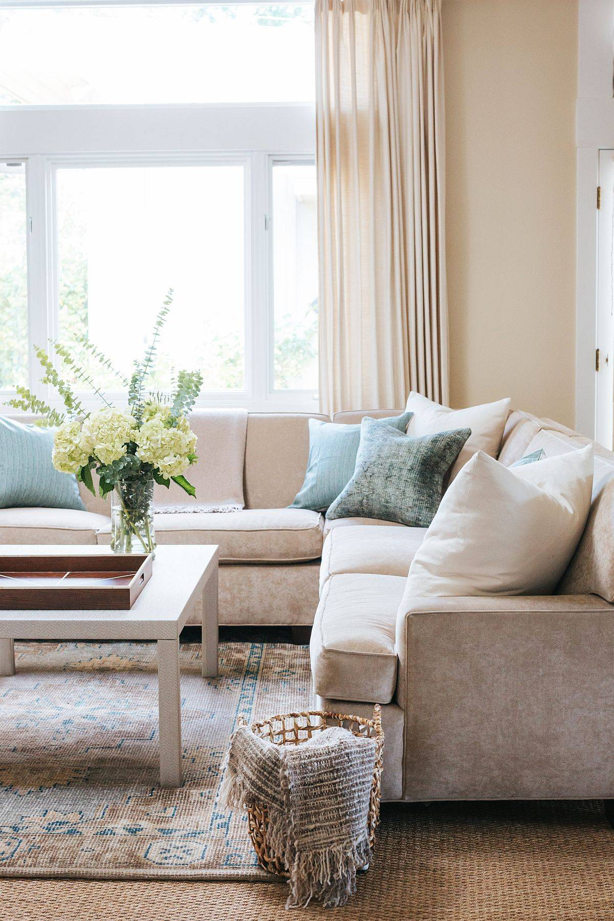 Color-palette-in-earthen-hues-with-natural-textures-all-around-is-perfect-for-the-beach-style-living-space-76126